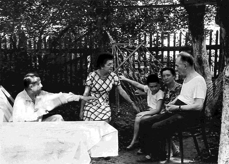 В 1941 году, когда началась война, Андрей Сахаров пытался поступить в военную академию, но не был принят по состоянию здоровья. В 1942 году он закончил физфак МГУ с отличием, а впоследствии по распределению был направлен работать на патронный завод в Ульяновск. С 1948 по 1968 год работал в области разработки термоядерного оружия, участвовал в создании первой советской водородной бомбы <br>На фото: Андрей Сахаров (справа) с семьей на отдыхе в 60-е годы </br>
