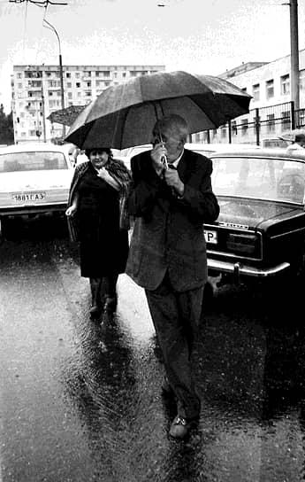 Кампании против ученого проводились в советской печати в 1970-80-х годах. В январе 1980 года Сахарова и его жену задержали, а после сослали в город Горький (сейчас Нижний Новгород). Сам физик связывал такие действия властей с его заявлениями, в которых он выступал против ввода войск СССР в Афганистан. В Горьком Андрей Сахаров провел три голодовки в знак протеста