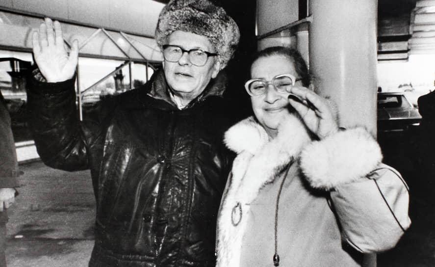КГБ следил за физиком с 1960-х годов. В 1966 году Андрей Сахаров подписал письмо 25 деятелей культуры Леониду Брежневу, в котором высказался против реабилитации Иосифа Сталина. Со своей женой Еленой Боннэр (на фото) он познакомился в Калуге в 1970 году, когда поехал на один из судебных процессов против диссидентов. Это был второй брак ученого. Его первой женой была Клавдия Вихирева, умершая от рака в 1969 году. В этом браке у Сахарова родились трое детей. В браке с госпожой Боннэр общих детей у супругов не было, однако у самой Елены были сын и дочь