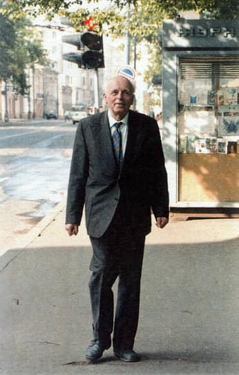 Андрей Сахаров предсказал появление интернета еще в 1970-х: «В перспективе, быть может, поздней, чем через 50 лет, я предполагаю создание всемирной информационной системы (ВИС), которая сделает доступным для каждого в любую минуту содержание любой книги, когда-либо и где-либо опубликованной, содержание любой статьи, получение любой справки»