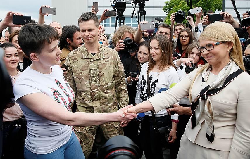 Надежда Савченко и Юлия Тимошенко в аэропорту Борисполь