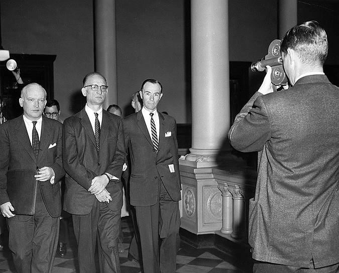 Первый громкий обмен разведчиками произошел 10 февраля 1962 года — тогда советский разведчик-нелегал Вильям Фишер (он же Рудольф Абель, на фото второй слева) был обменян на американского летчика Фрэнсиса Гэри Пауэрса. Вильям Фишер, работавший в Северной Америке с 1948 года, в 1957 году был арестован и приговорен к 32 годам лишения свободы. Работавший на ЦРУ пилот Паэурс сбит во время разведывательного полета над территорией СССР 1 мая 1960 года и приговорен к 10 годам лишения свободы. Обмен произошел на границе ГДР и ФРГ — в Потсдаме на мосту Глинике (получившем впоследствии название «мост шпионов»)