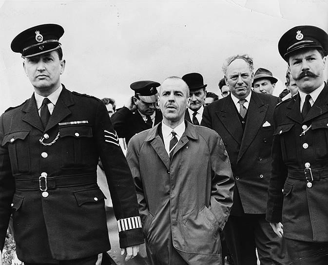 22 апреля 1964 года на том же мосту совершен новый обмен. Вернулся на родину советский нелегал Конон Молодый, арестованный в Британии в 1960 году и получивший 25 лет тюрьмы. Взамен на Запад выдали британского разведчика Гревилла Винна (на фото в центре), который был связником сотрудничавшего с западными спецслужбами полковника ГРУ Олега Пеньковского. Обоих арестовали в октябре 1962 года, в мае 1963 года Пеньковский был приговорен к расстрелу, а Винн получил восемь лет