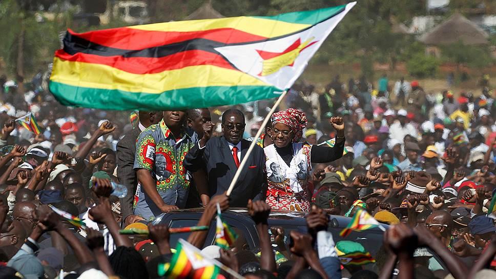Сотни тысяч жителей Зимбабве вышли на улицы в поддержку своего 92-летнего лидера