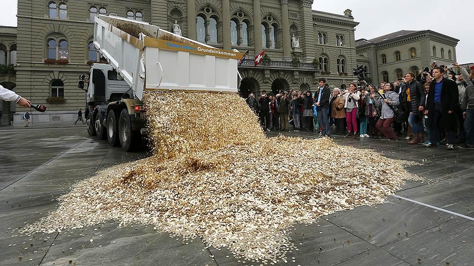 Швейцарцам могут дать денег по умолчанию