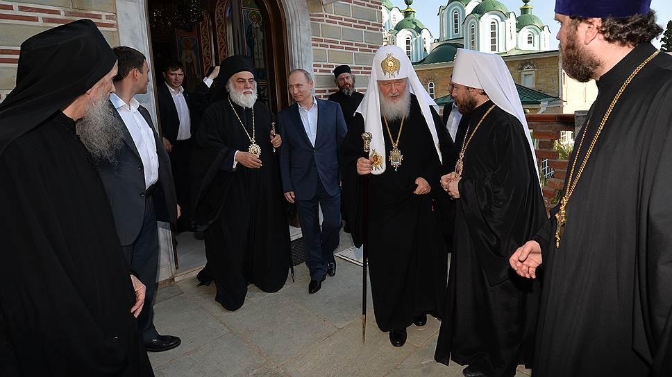 Патриарх Кирилл (третий справа) провел Владимира Путина к Свято-Пантелеимонову монастырю под пасхальные песнопения