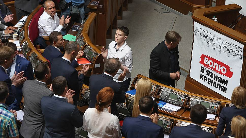 Украинский политик, военнослужащая Надежда Савченко (в центре)