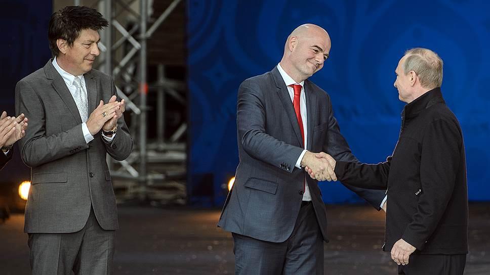 Президент FIFA Джанни Инфантино (в центре) быстро стал лучшим другом российского народа