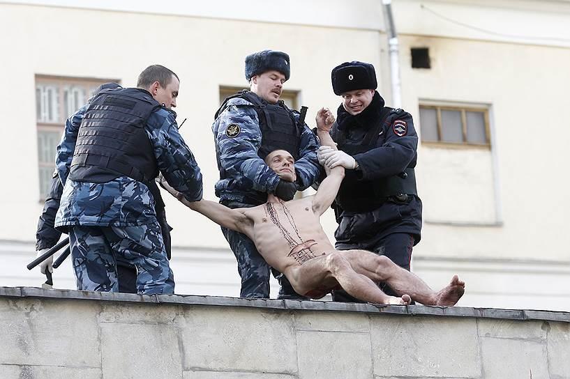 После того, как полиция сняла Петра Павленского с крыши, он вновь был отправлен в Боткинскую больницу на обследование к психиатру. 20 октября 2014 года художник был признан вменяемым и не подлежащим психиатрической госпитализации