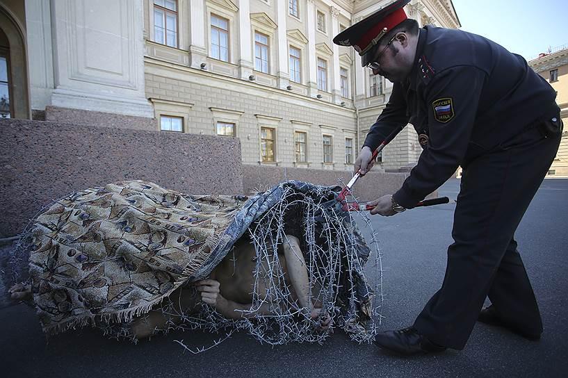 Сотрудники полиции освободили Петра Павленского из «кокона» при помощи садовых ножниц, после чего художника отправили в психиатрическую больницу, а затем отпустили
