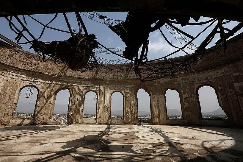 Дворец «Дар-уль-Аман» полностью разграблен, из него вынесено все — вплоть до плитки пола
