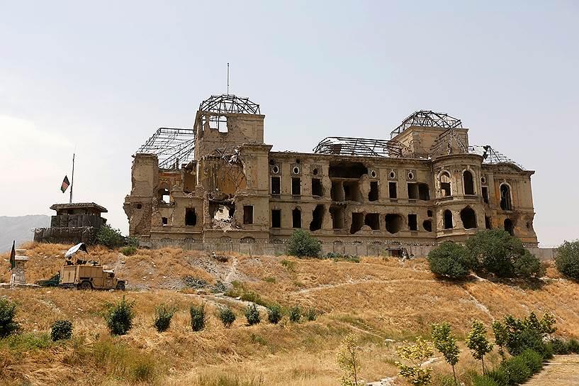 Десятилетия борьбы разрушили величие дворца, стоящего на холме в окрестностях Кабула. «Дар-уль-Аман», что в переводе с арабского означает «обитель мира», был несколько раз сожжен, в том числе во время ввода советских войск в 1979 году. Перед этим он был разрушен в результате боевых действий. До 1990 года в отремонтированном дворце располагалось Министерство обороны новоявленной Республики Афганистан