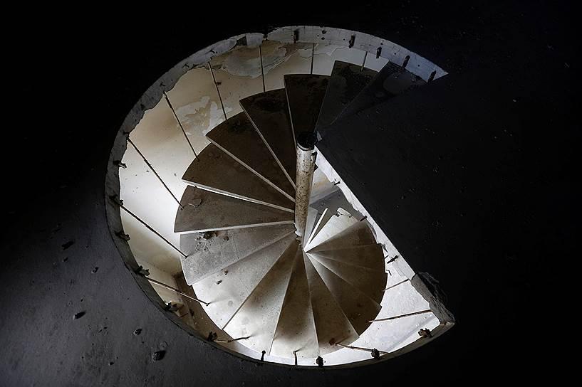 Уцелевшая винтовая лестница во дворце «Дар-уль-Аман»