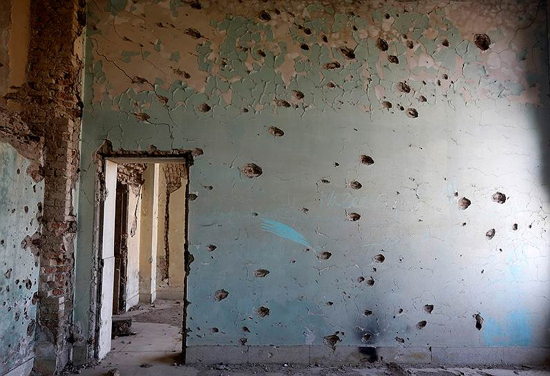 Стены дворца изрешечены следами пуль, служащими напоминанием о постоянных обстрелах во времена власти «Талибана»