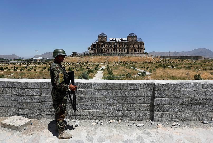 Когда-то из окон дворца открывался великолепный вид на Кабул. Невозможно поверить, что некогда тихое место утопало в зелени, вокруг здания были посажены цветы, пели птицы и стояли фонтанчики. Власти Афганистана надеются, что восстановление исторического дворца времен Амануллы-хана позволит привлечь туристов и сохранить культурное наследие страны