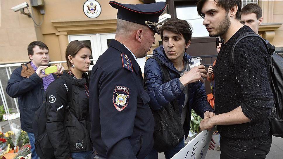 Почему московская полиция задержала двух участников акции памяти о жертвах трагедии в Орландо