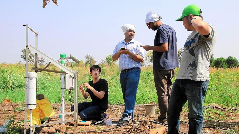 Команда SenSprout на ферме в Индии устанавливает станцию, оснащенную беспроводным сетевым устройством. Оно установлено на датчике подачи воды и контролирует орошение