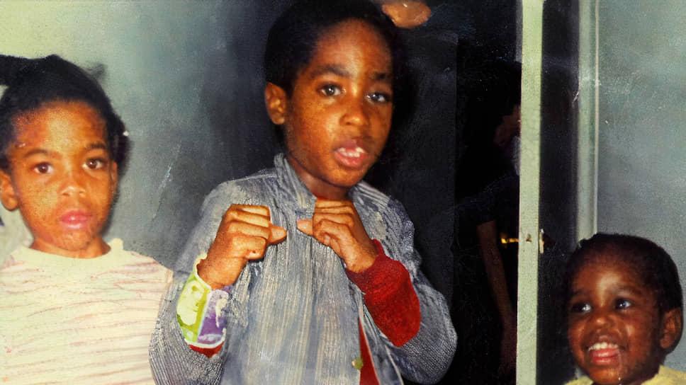 Тупак Амару Шакур родился 16 июня 1971 года в нью-йоркском районе Гарлем. При рождении его назвали Лесэйн Пэриш Крукс, а имя, под которым он вошел в историю, было дано будущему рэперу при крещении, в честь борца за свободу из Перу. На английский оно переводится как «Благодарный Всевышнему Блистающий Змей»