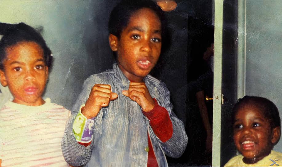 Тупак Амару Шакур родился 16 июня 1971 года в нью-йоркском районе Гарлем, который считается «криминальным гетто». При рождении он получил имя Лесэйн Пэриш Крукс, а имя, под которым он вошел в историю, было дано ему при крещении, в честь борца за свободу из Перу. На английский оно переводилось как «Благодарный Всевышнему Блистающий Змей»