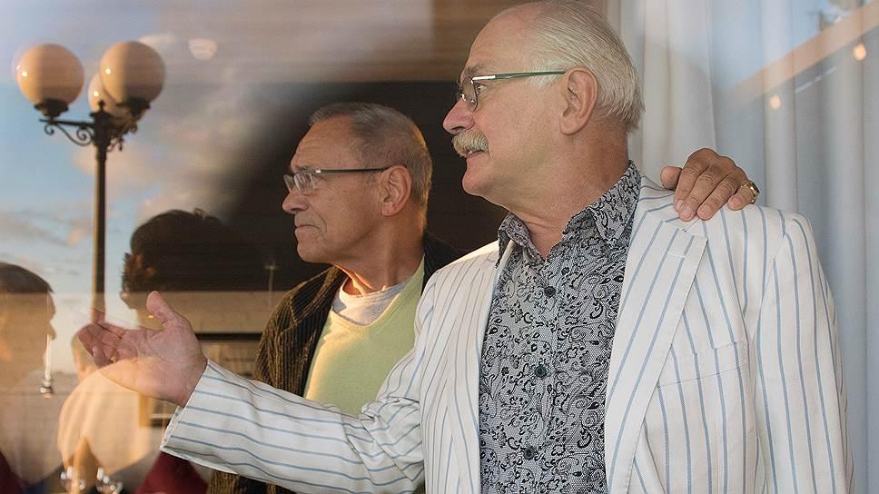 Режиссер Андрей Кончаловский (слева) и режиссер Никита Михалков