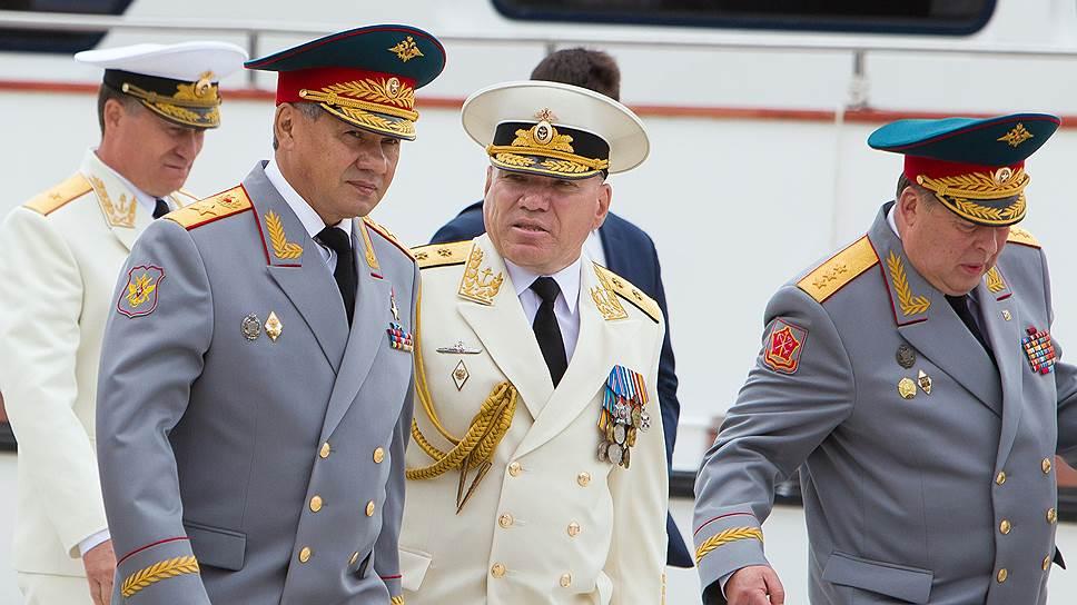 Главной претензией к командующему Балтийским флотом Виктору Кравчуку (в центре) стало сокрытие информации от вышестоящего начальства