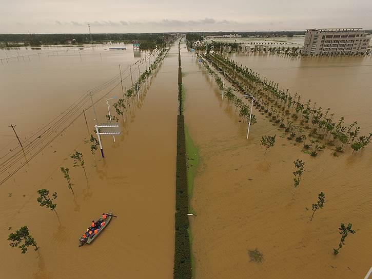 Аньхой, Китай. Дорога, затопленная в результате ливневых дождей