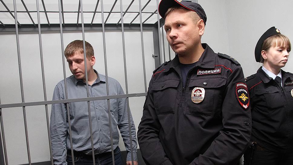 Подозреваемый по делу о пытках в межмуниципальном отделе МВД «Заречный», оперуполномоченный Анатолий Куриленко (слева)