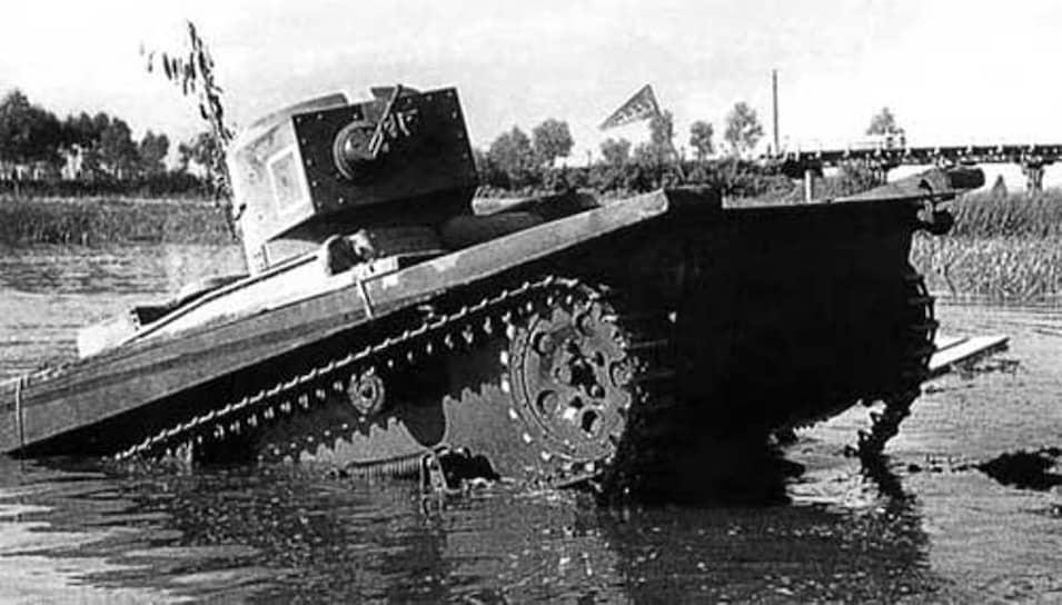 В 1933 году на вооружение был  принят «малый плавающий танк Т-37А». В отличие от предшественников он имел клепаный (или сварной) герметичный корпус из катаных броневых листов и с помощью гребного винта мог плыть. В феврале 1936 года ему на смену пришла новая плавающая модификация – Т-38. Машина плохо показала себя в бою: в 1939 году в районе реки Халхин-Гол 17 из 22 машин были потеряны