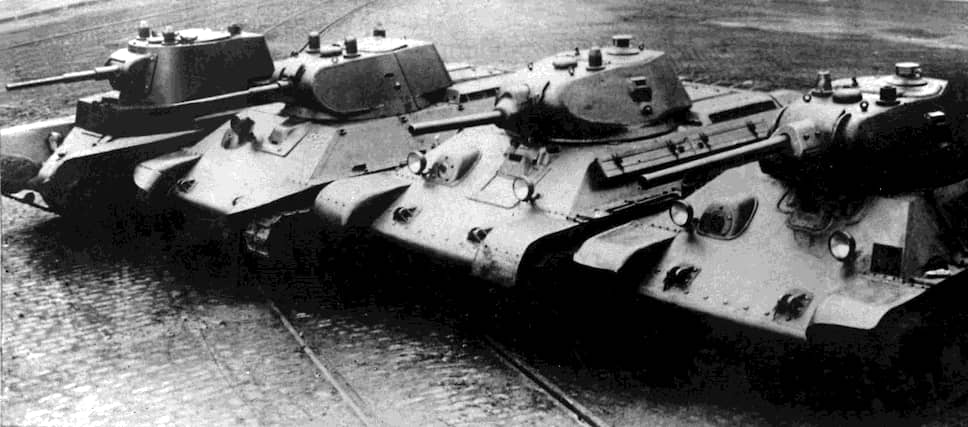 19 декабря 1939 года на вооружение был принят основной боевой танк Т-34, «оружие Победы». На среднем танке впервые была установлена длинноствольная 76-мм пушка Л-11 (позже Ф-34). 31 марта 1940 года он был запущен в серийное производство<br> На фото слева направо: танки А-8 (БТ-7М), А-20, Т-34 образца 1940 года с пушкой Л-11, Т-34 образца 1941 года с пушкой Ф-34