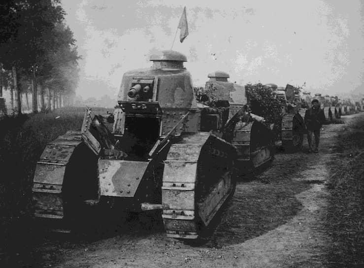 В 1916 году под руководством Луи Рено был разработан первый серийный легкий танк – Renault FT-17. Спустя три года трофейный «Рено» стал первым танком, участвовавшим в первомайском параде на Красной площади. После этого FT начали производить в СССР