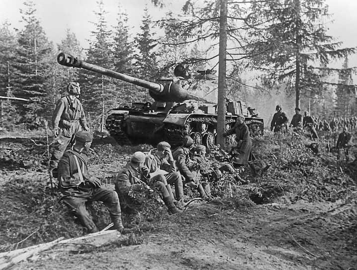 С 1943 по 1946 год серийно выпускался танк ИС-2 («Иосиф Сталин»). Во время Второй мировой войны являлся самым тяжелобронированным советским танком и использовался для штурмов укрепленных городов, в частности, Берлина. ИС-2 стоял на вооружении советской, а затем российской армии до 1993 года