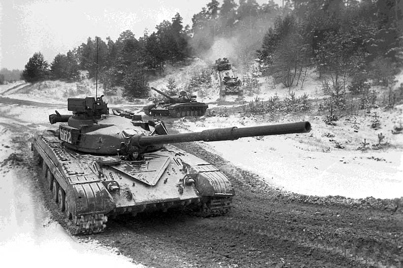 В 1967 году на вооружение был принят основной боевой танк Т-64. Впервые для серийных машин с пушкой большого калибра был создан автомат заряжания на 30 выстрелов (это позволило сократить экипаж до трех человек), а броня корпуса с башнями стала комбинированной