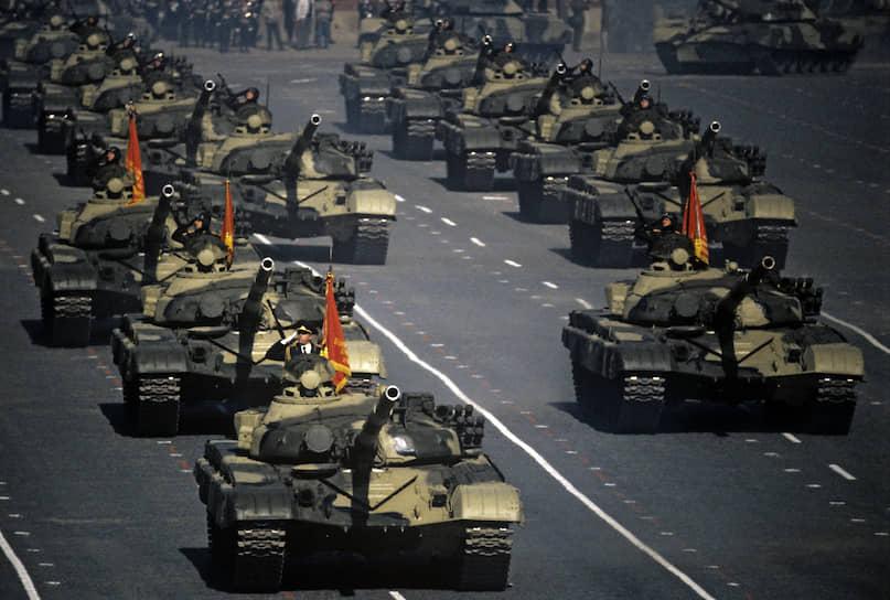 В 1973 году был принят на вооружение основной танк второго поколения Т-72 «Урал». Использовался в армиях более 50 государств. В начале 1990-х США получили 86 танков Т-72, использовавшихся в армии ГДР.  В СССР «Урал» выпускался до 1990 года на Уралвагонзаводе и Челябинском тракторном заводе