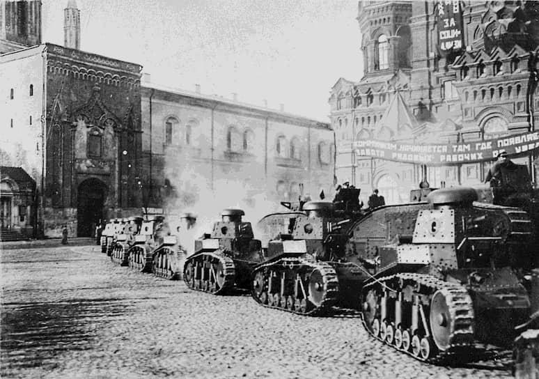 6 июля 1927 года был принят на вооружение «Малый танк сопровождения» — МС-1 (Т-18). В 1929 году девять машин приняли участие в военном конфликте на Китайско-Восточной железной дороге. Всего было выпущено 959 таких танков
