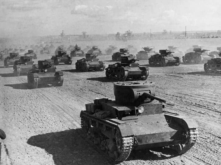 В 1930 году Советы приобрели лицензию на производство двухбашенного английского танка «Виккерс 6-тонный», а в 1931 году созданный на его основе Т-26 был принят в СССР «как основной боевой танк». К концу года было собрано 120 танков, но из-за их низкого качества Красная армия приняла не более 100