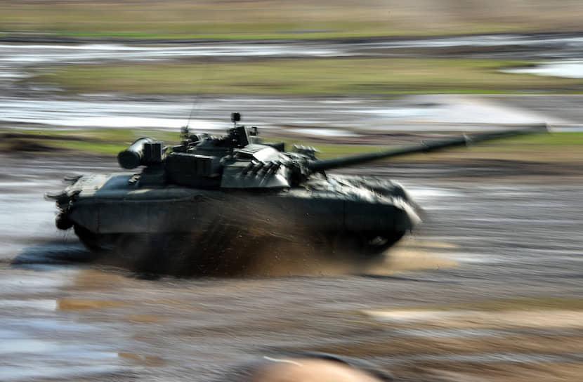 В 1976 году СССР принял на вооружение основной боевой танк Т-80. Его стоимость значительно превышала цену Т-64А (480 против 140 тыс. руб), однако Т-80 стал первой в мире серийной машиной с единой газотурбинной силовой установкой. Разработки таких двигателей начались еще в 1955-1958 годах, но полноценный образец (ГТД-1000Т) был создан только в декабре 1968 года НПО имени Климова