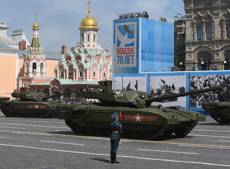 На параде Победы 9 мая 2015 года был представлен российский основной боевой танк Т-14 с необитаемой башней на базе универсальной гусеничной платформы «Армата». Главная его отличительная черта — бронированная капсула для экипажа, отделенная от боеукладки. Максимальная скорость «Арматы» — 90 км/ч, стойкость брони — свыше 900 мм. В рамках государственной программы вооружений был размещен заказ на изготовление 2300 танков Т-14 до 2020—2025 года. В 2016 году «Уралвагонзавод» начал поставки в российскую армию танков Т-14