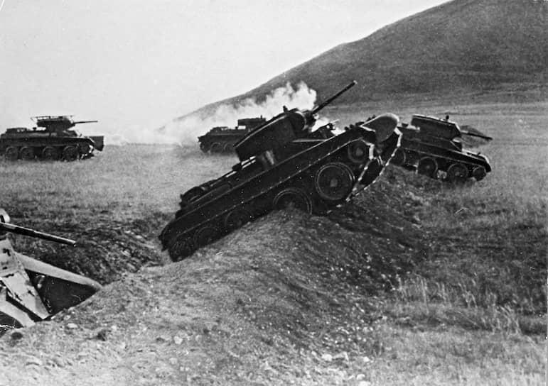 В мае 1931 года на вооружение встал Быстроходный танк (БТ). В 1935 году в серийное производство запустили его новую модификацию БТ-7. «Бетушка» оказалась самым представленным танком 7 ноября 1941 года — на военном параде на Красной площади. В нем участвовали 70 машин, в войсках находилось более 5 тыс. танков