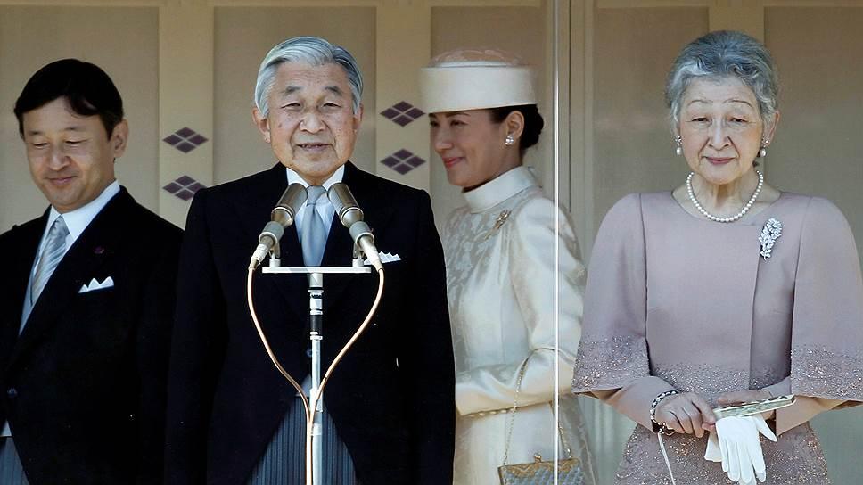 Японский император Акихито (в центре)