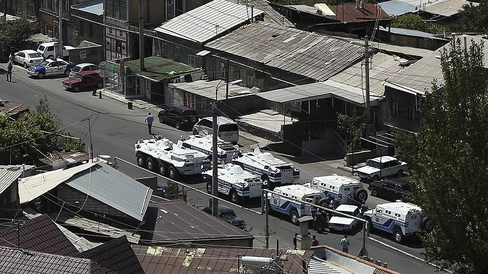 Как к захватившим здание полиции в Ереване прорывалось подкрепление