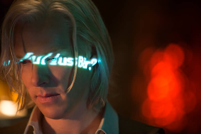 «Думаю, глаза для артиста — самое важное средство, способное передать внутреннюю работу мысли и чувства, а я за свои глаза должен поблагодарить маму»<br> В 2013 году на экраны вышел фильм «Пятая власть», где Бенедикт Камбербэтч сыграл основателя WikiLeaks Джулиана Ассанжа. Готовясь к роли, актер просил Ассанжа о встрече, однако тот ответил в письме, что создание такого фильма — изначально плохая идея