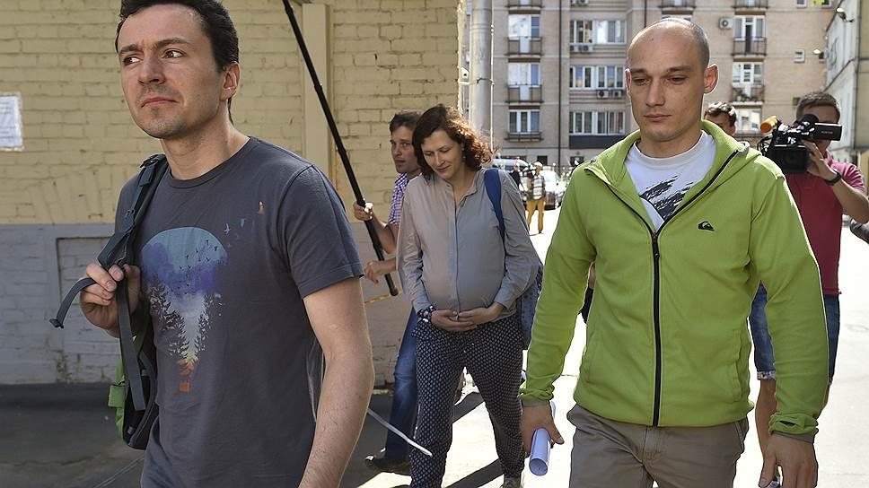 Слева направо: обвиняемые по факту осквернения высотного здания на Котельнической набережной Алексей Широкожухов, Анна Лепешкина и Александр Погребов