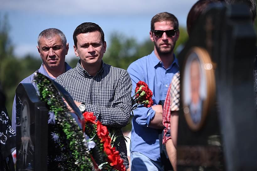 Политик Илья Яшин (в центре) и журналист Тихон Дзядко (справа)