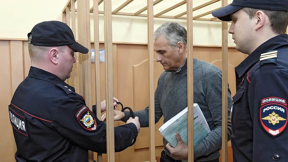В чем обвиняют сахалинского губернатора