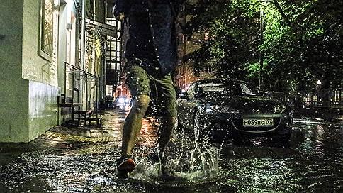 Количество осадков превысило денежную норму  / Москва регулярно платила за содержание ливневой канализации на затопленных улицах центра