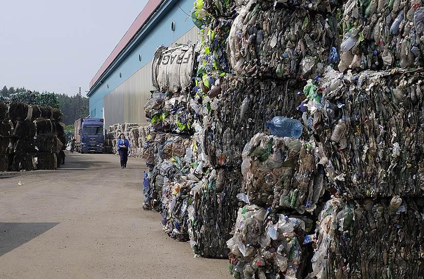 Все привезенное сырье хранится на улице, спрессованное в кипы массой 100-300 кг. Бутылки могут долго ждать своей очереди на переработку — сейчас на территории завода хранятся кипы, сформированные еще осенью 2015 года