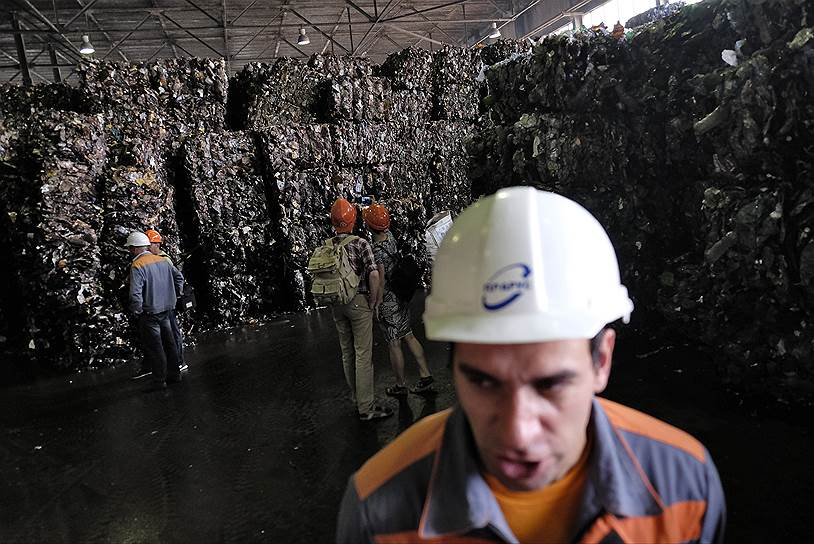 Завод работает круглосуточно, в 4 смены, каждая длится по 6 часов. Всего на производстве занято более 150 человек. За границей на заводах такого масштаба работают вдвое меньше людей, но в России приходится нанимать больше сотрудников, так как сырье поступает очень грязным и его необходимо очищать. Пластик приходит чистым, только если отходы изначально собирают раздельно