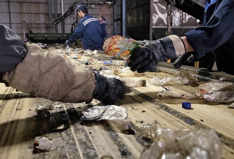 После машинной сортировки бутылки перебирают еще раз — вручную. Операторы отбраковывают мусор, удаляют этикетки, скручивают пробки – их продают другим переработчикам. Если внутри бутылки обнаруживают гвозди, камни и другие твердые материалы, ее отправляют в брак – иначе оборудование испортится
