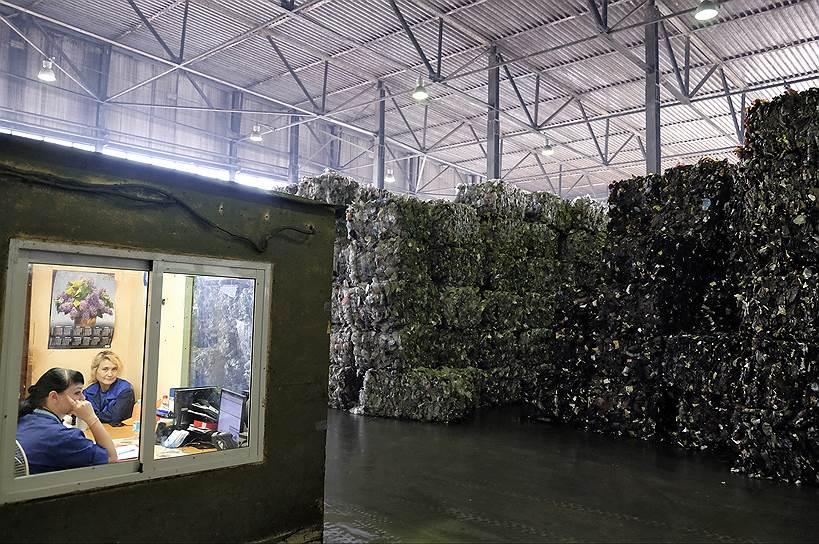 Тем не менее, 99% сырья «Пларус» вынужден закупать с сортировок смешанного мусора, поэтому бутылки приходят на завод загрязненными, перепачканными органикой и другим мусором. Расходы на очистку приводят к значительному удорожанию процесса переработки
