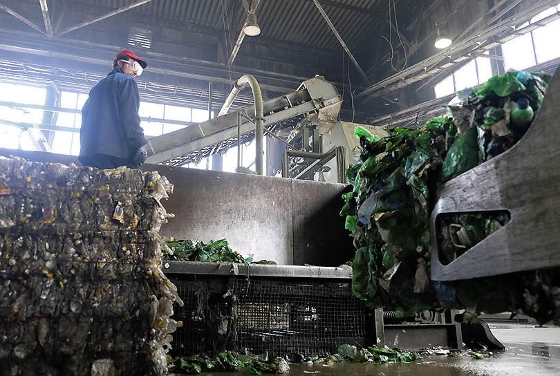 """Несмотря на огромное количество бутылок в быту, сырья заводу не хватает, так как в стране не развита система переработки. В итоге бутылки для """"Пларуса"""" везут даже из Краснодара и с Урала. Экологическая организация """"Гринпис России"""" является партнером завода — """"зеленые"""" занимаются внедрением <a href=""""http://www.irecycle.ru""""><b>раздельного сбора отходов</b></a> в России"""